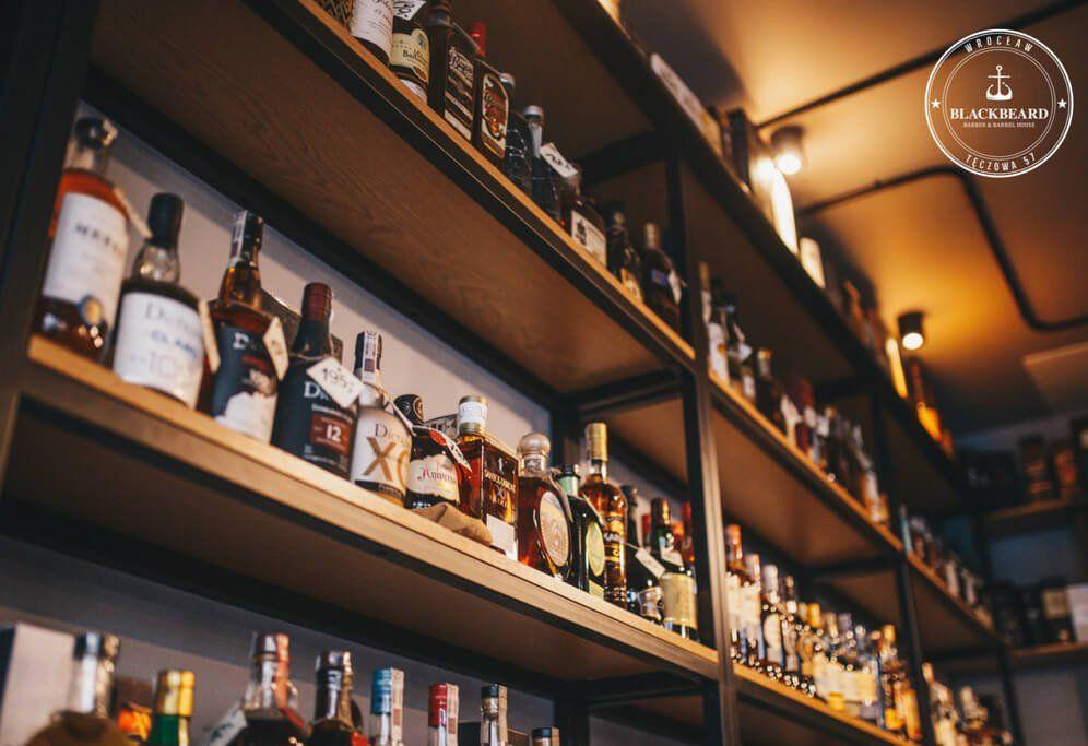 półki z alkoholem