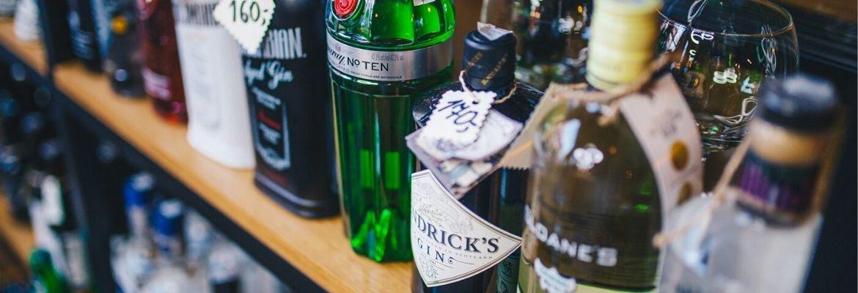 gin -butelki z ginem na półce w BlackBeard